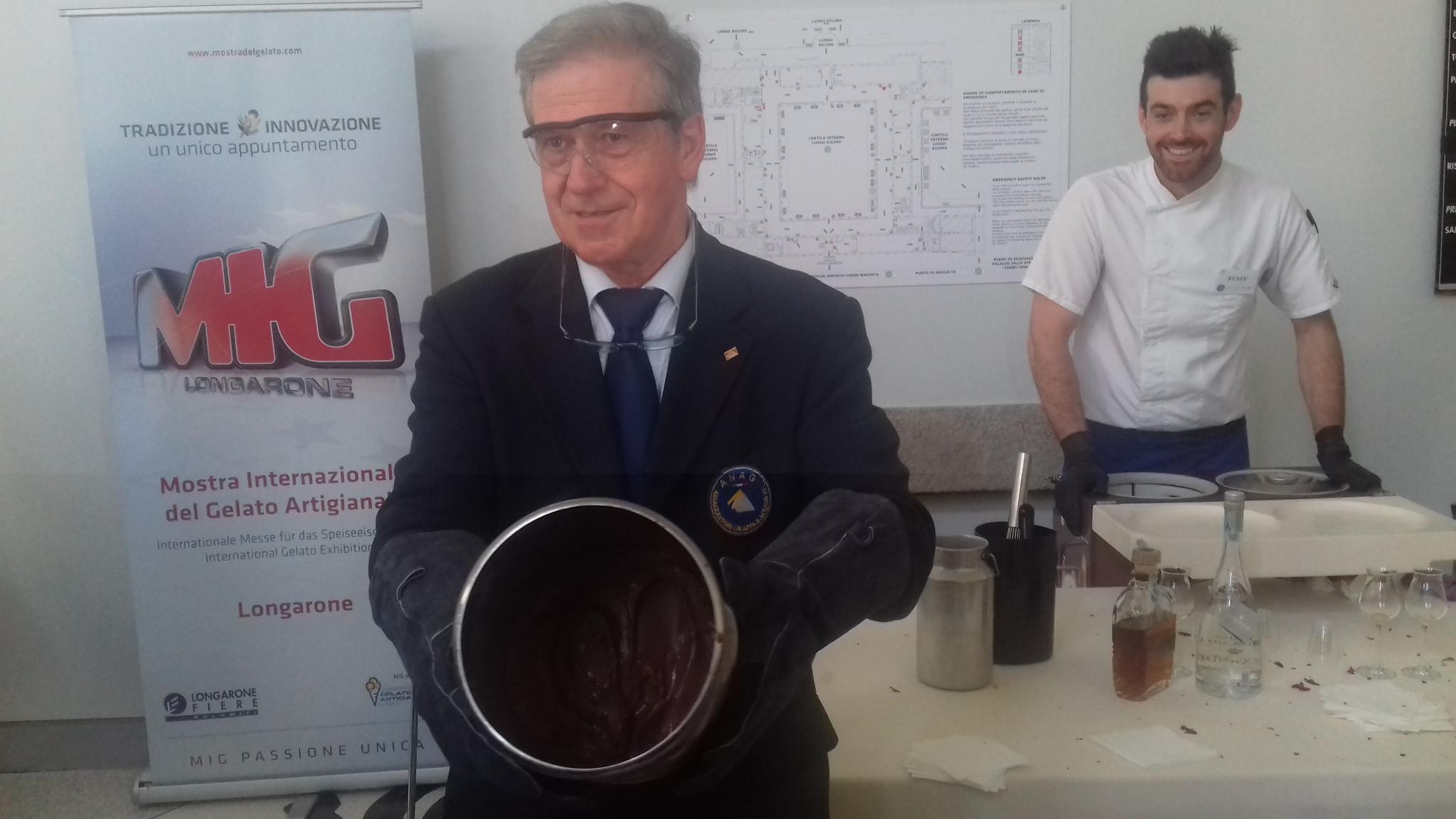 Giovanni Dalla Mora, presidente di Anag Veneto mostra il Gelato molecolare alla grappa